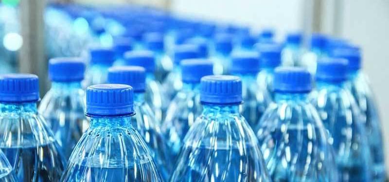 Pessoas que bebem água engarrafada ingerem 100.000 partículas adicionaisanualmente